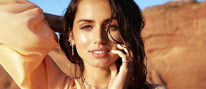 """VOGUE: Ana de Armas revela detalhes sobre sua parceria com a """"Only Natural Diamonds"""""""